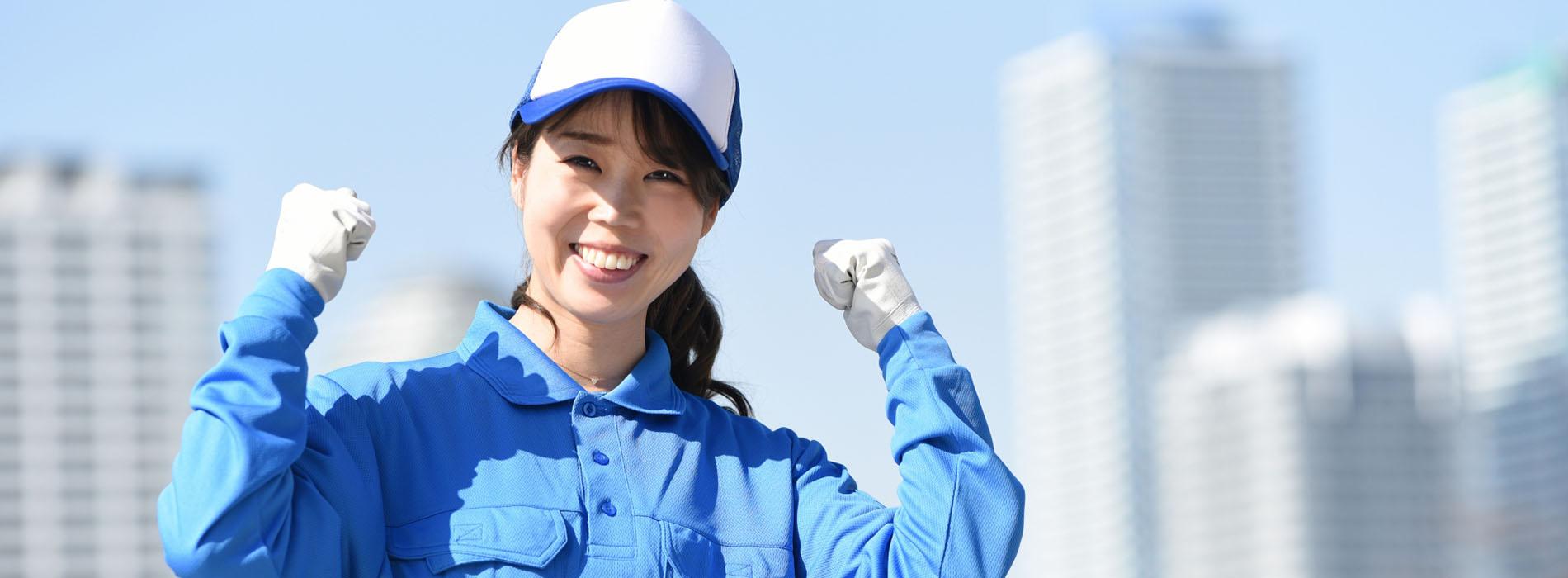 清掃作業員の笑顔の画像