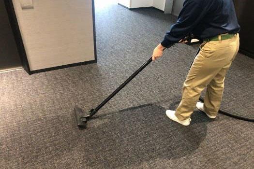 床に掃除機をかけ綺麗に掃除している様子の画像