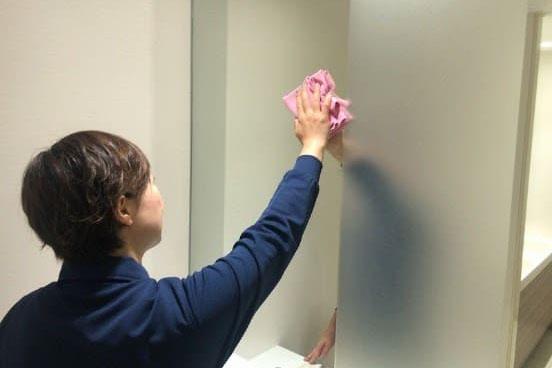 トイレの鏡も綺麗に拭いている画像