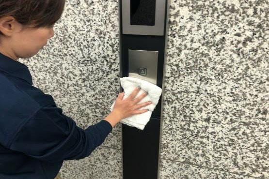 エレベーターの昇降ボタンのふきあげの画像