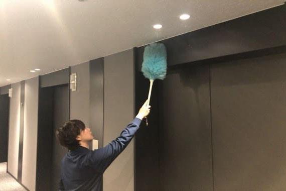 エレベーター周りの拭き掃除の画像