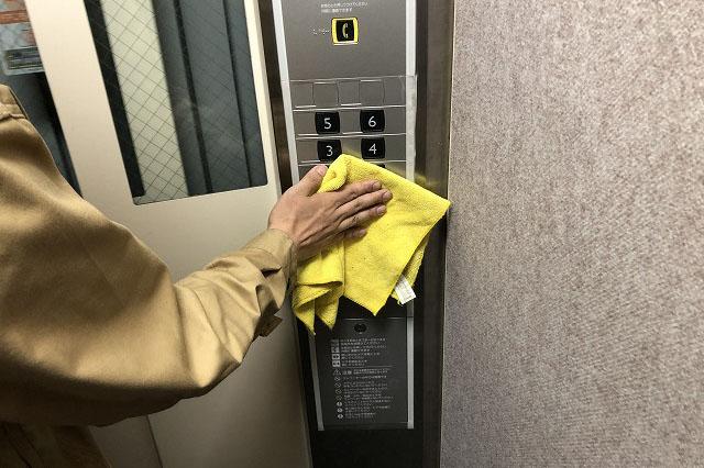 エレベーターの清掃作業風景画像