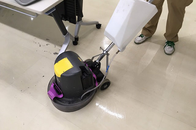 ファーストクリーン社員が、大阪にある某企業の床をきれいにしている画像